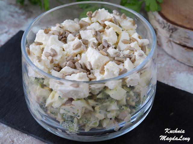 Sałatka brokułowa z wędzonym kurczakiem i fetą