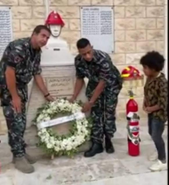 محمد رمضان يضع إكليلًا من الزهور على النصب التذكاري لشهداء مرفأ بيروت