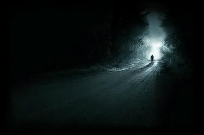 Homem sozinho em floresta escura