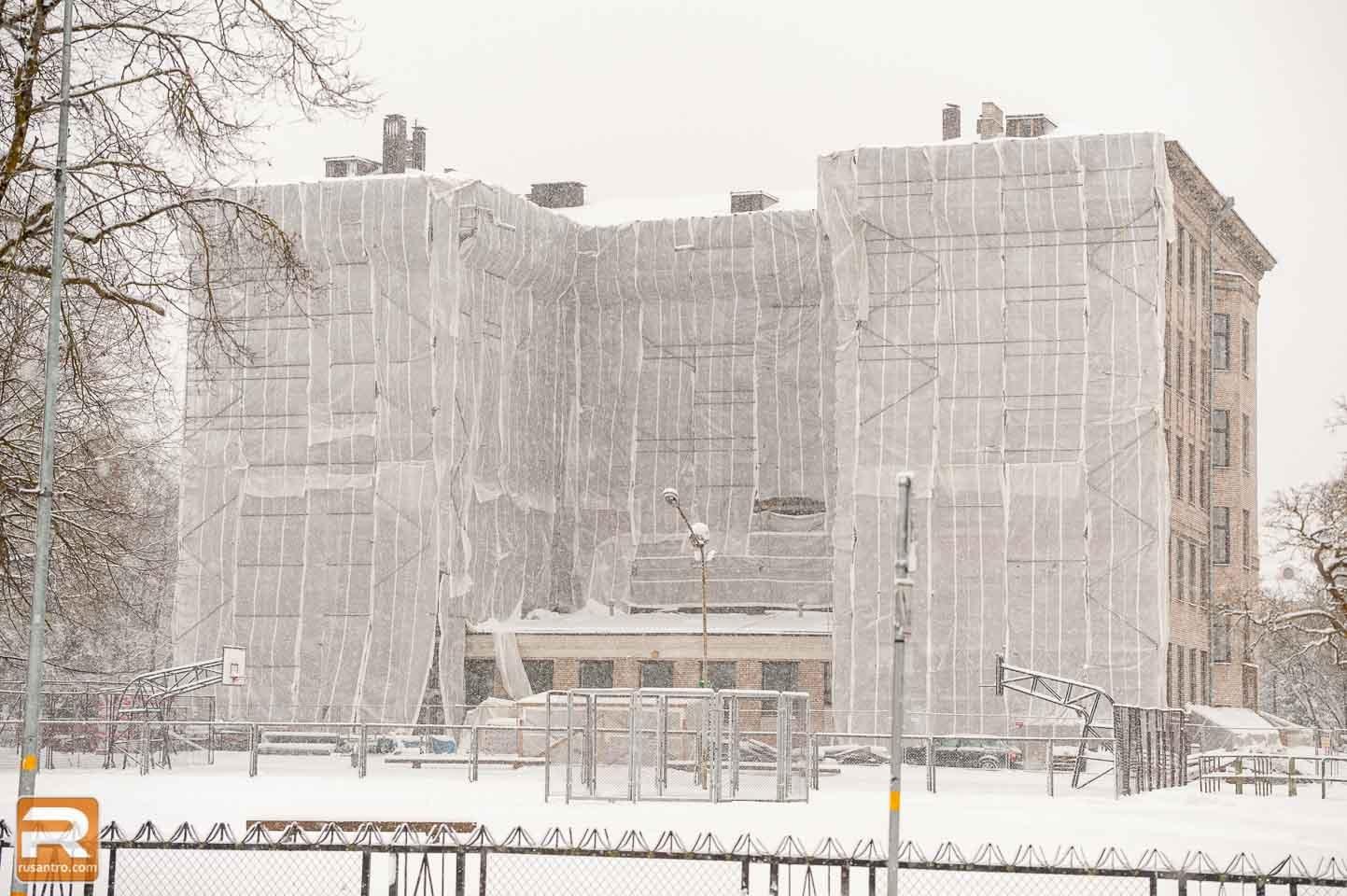 Ēka pārklāta ar baltās krāsas materiālu