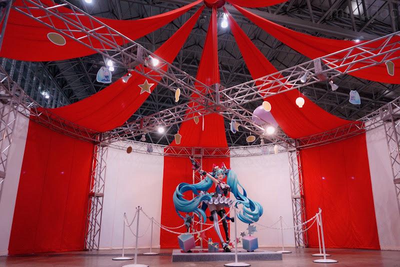 テント風のブースで展示されるマジカルミライ2019初音ミク等身大フィギュア