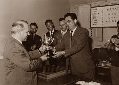 Josep Ramon Palau recibiendo el trofeo de subcampeón en el I Torneo Nacional de Ajedrez de Granollers 1964