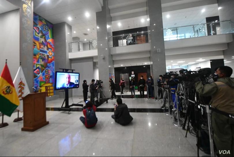 """""""Esta resolución política, no jurídica, no va a quedar así"""", dijo el ministro de Educación, Víctor Hugo Cárdenas, sobre el fallo del juez respecto al fin del curso escolar / VOA"""