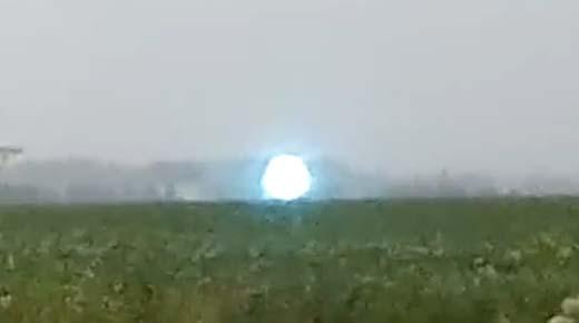 Extraña esfera luminosa es captada flotando sobre campo de cultivo en Rusia