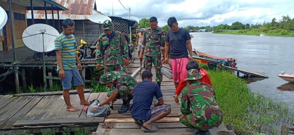 Satgas 754 Kostrad Bersama Warga Gotong Royong Perbaiki Jalan