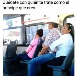 Señor sentado en la falda de su señora en el autobús