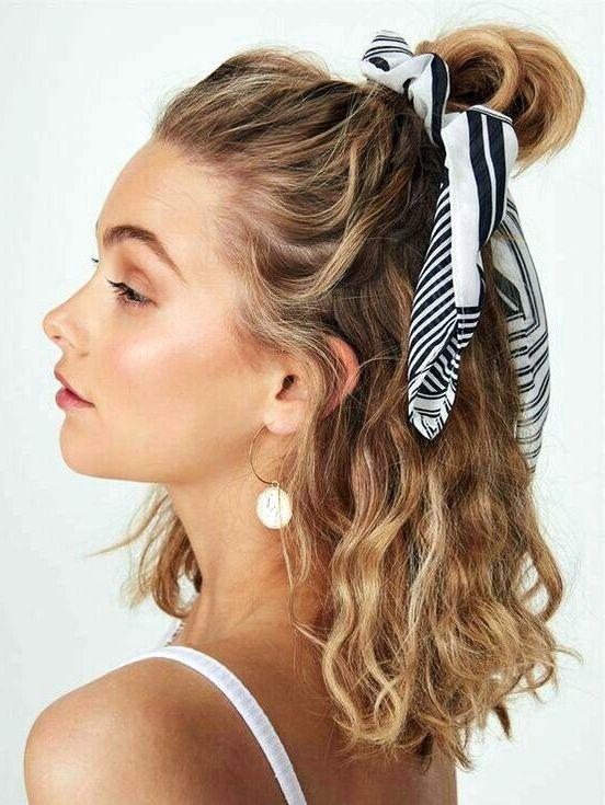 peinados con accesorios en el cabello