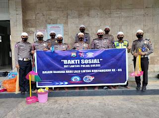 Rangkaian HUT Polisi Lalulintas ke-65: Personel Ditlantas Bersih Bersih Masjid HM Asyik