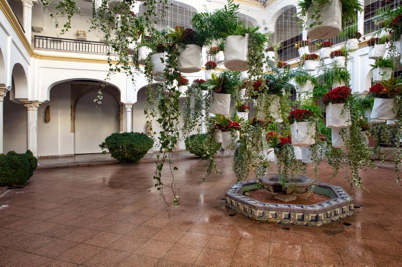 Instalacion floral en un patio institucional de Córdoba
