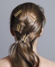 Como sabemos existem diversos penteados bonitos e incríveis, mais há um problema que é quase impossível mantê-los no lugar. Mais existe uma solução bem fácil que é usar os grampos  de cabelo, eles são pequenos de mental, muito fáceis de usar, são baratos, é um acessório que muitas mulheres gostam de usar.