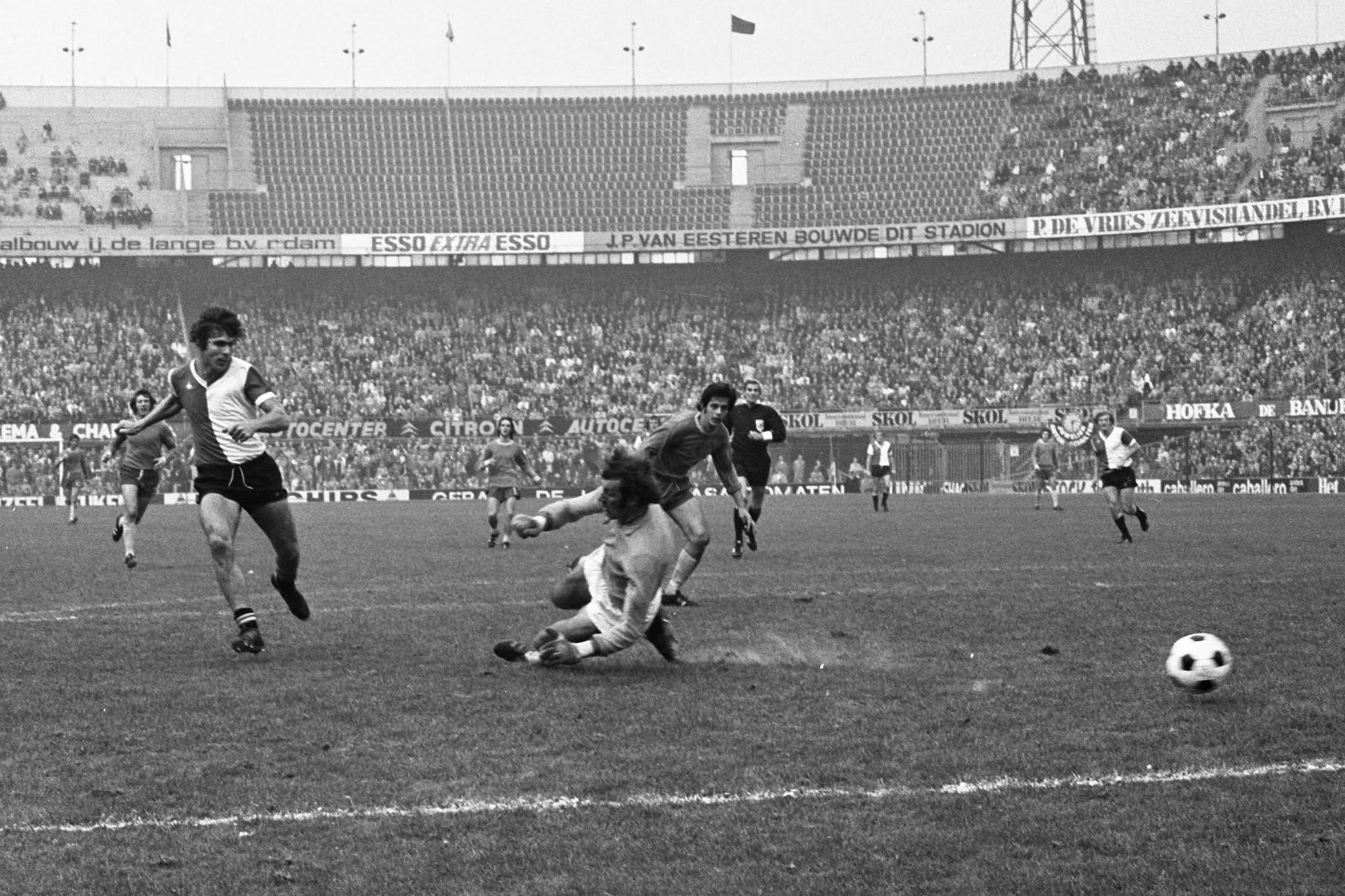 Willem van Hanegem speelt de Haagse doelman Ton Thie door de benen