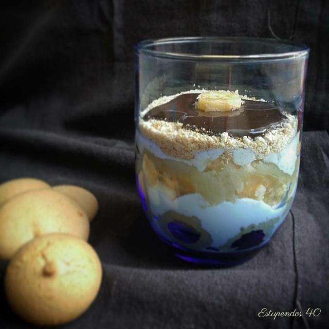 vasito-de-yogur-con-platano-y-galletas