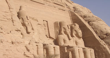 1,200 tourists gather to watch sun illuminate Abu Simbel's inner sanctum