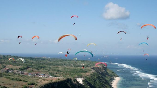 MURI Siap Catat Rekor Terbang 110 Paralayang di Timbis Nusa Dua