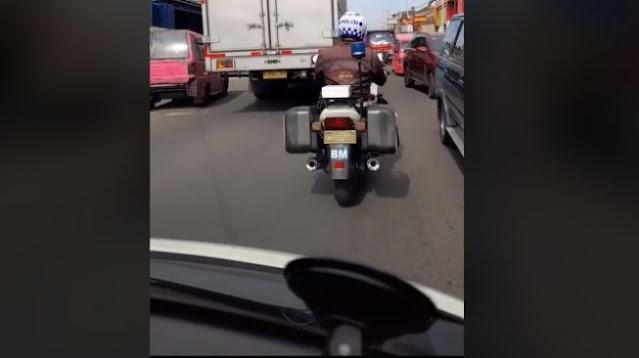 Polantas Kawal Ambulans Angkut Jenazah Ibu, Buka Jalan Sambil Air Mata Berlinang