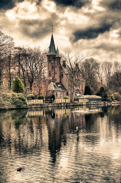 Castello nel Minnewaterpark-Bruges