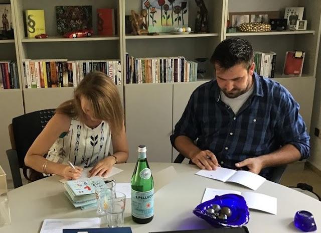 obs / Marie Reimann und Felix Walk signieren ihre Bücher