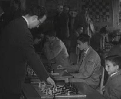 Simultáneas de ajedrez impartidas por Díez del Corral en 1955