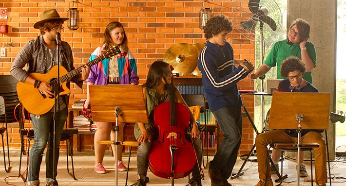 Eu Fico Loko - O Filme: trilha sonora tem 'Hear Me Now' como música-tema