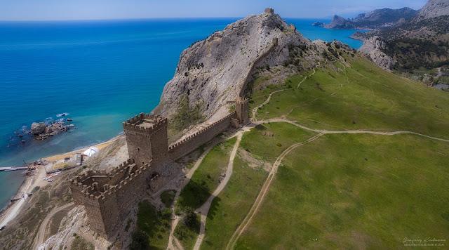 Вид с квадрокоптера на стены крепости. Судакская крепость, Крым.