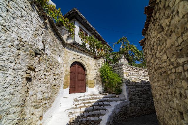 Calles de Mangalemi, Berat - Albania, por El Guisante Verde Project