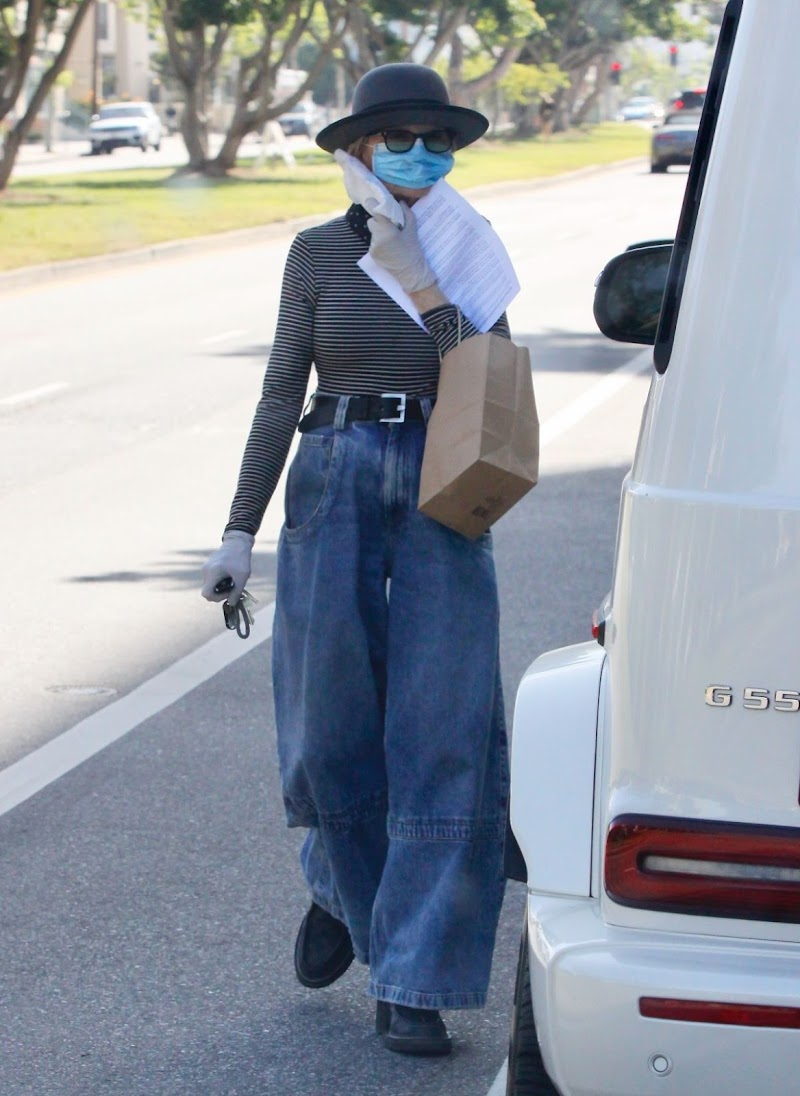 Diane Keaton Leaves Dentist Office in Brentwood 7 may-2020