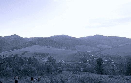 Spojrzenie na południe, na dolinę Popradu i wzniesienia pasma Cergova.