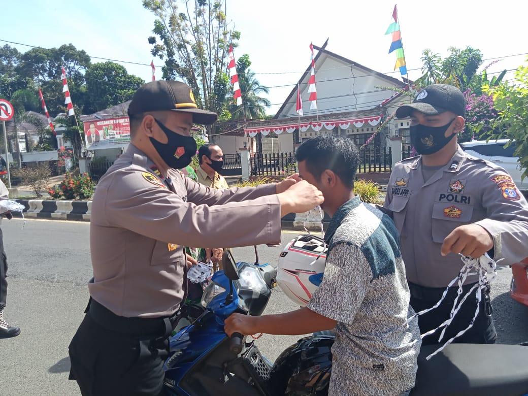 Kapolsek Dustim Bagikan Masker Gratis kepada masyarakat