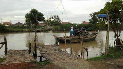 Perahu penyebrangan eretan desa muara dan tanjungtiga