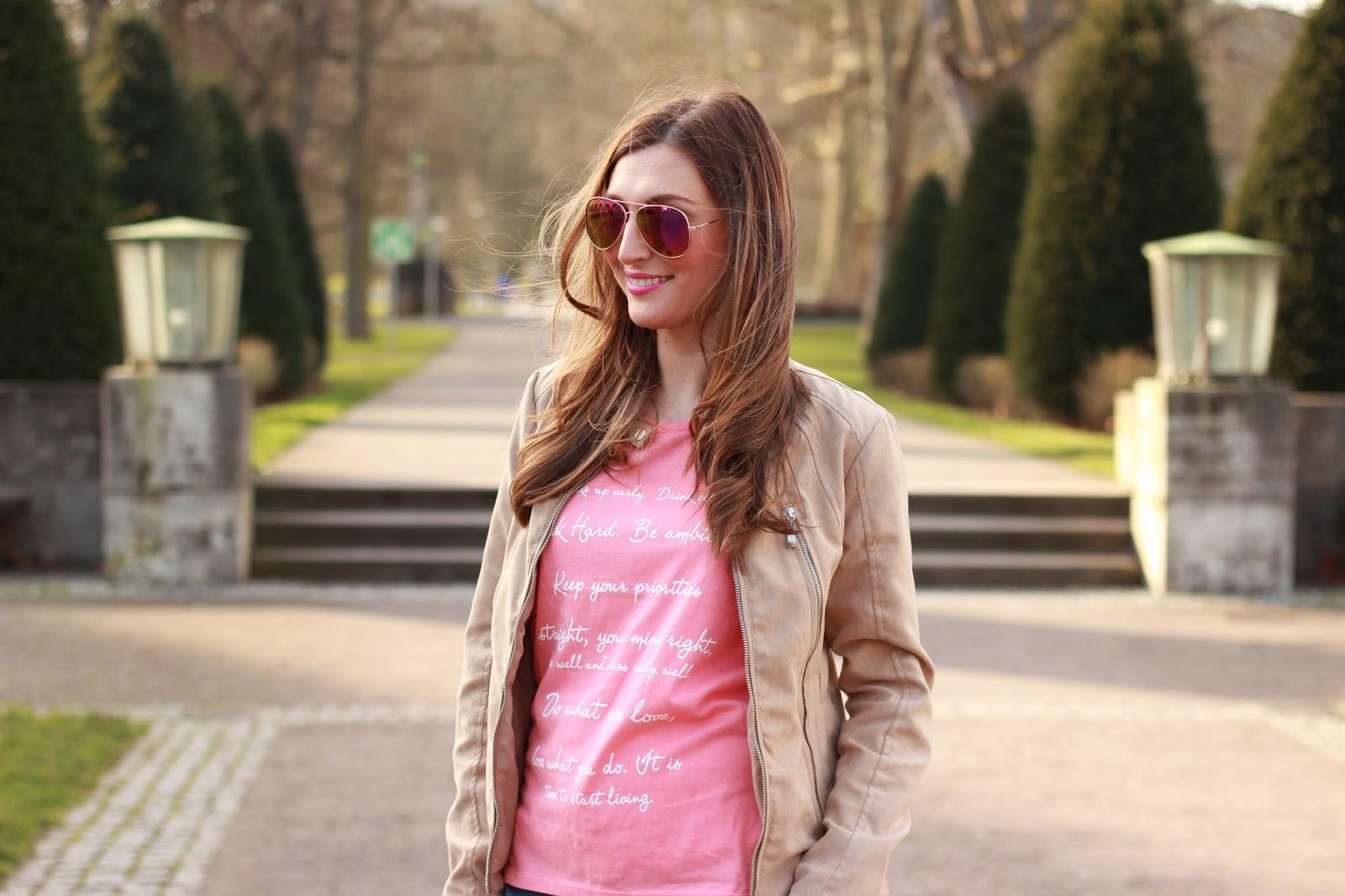 Rosa Tshirt - ripped jeans - beige lederjacke
