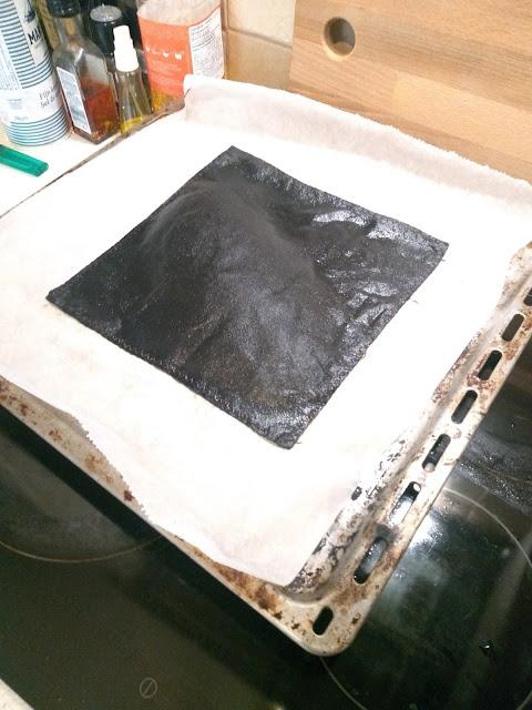 kawałek materiału na blasze kuchennej