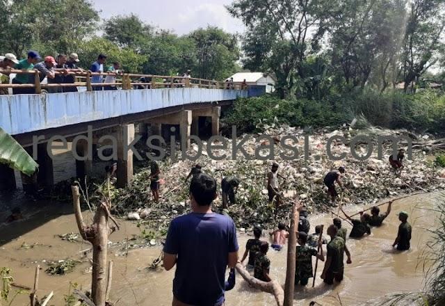 Kasie Trantib Sukakarya, Kerahkan Puluhan Linmas Bersihkan Sampah Jembatan Kali Ciherang