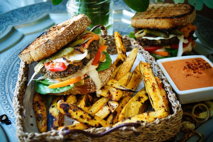 Vegan loaded Burger mit Kockbananen-Fries und schneller Cocktailsauce
