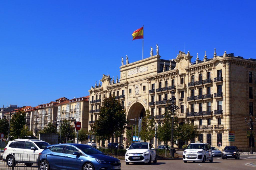 budynek-banku-i-flaga-hiszpanska