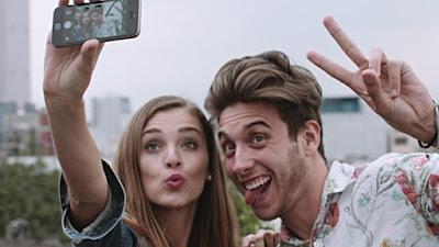 Hati-hati Foto Selfie Dengan Dua Jari, Mau Tau Kenapa?