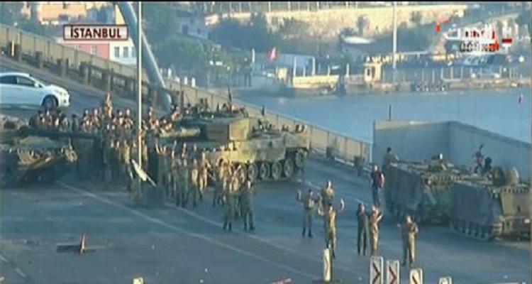 فيديو صادم | مئات الجنود الانقلابيين  يلقون أسلحتهم ويسلمون أنفسهم