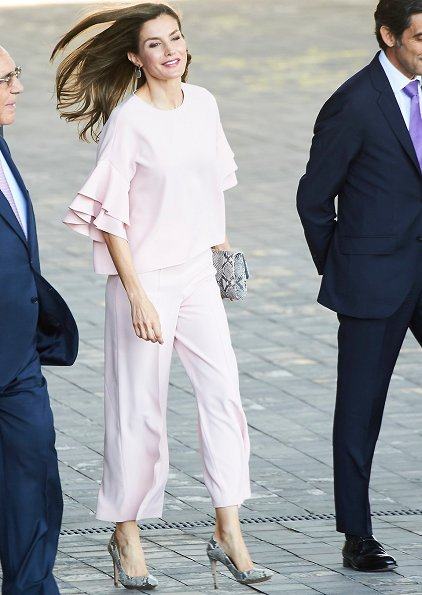 Queen Letizia wore ZARA blouse and trousers. We saw the same blouse on Crown Princess Victoria during her visit to Swedish Disability Federation