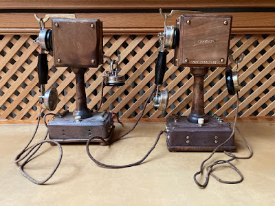 Alte Telefone aus den Anfangsjahren der Fernkommunikation