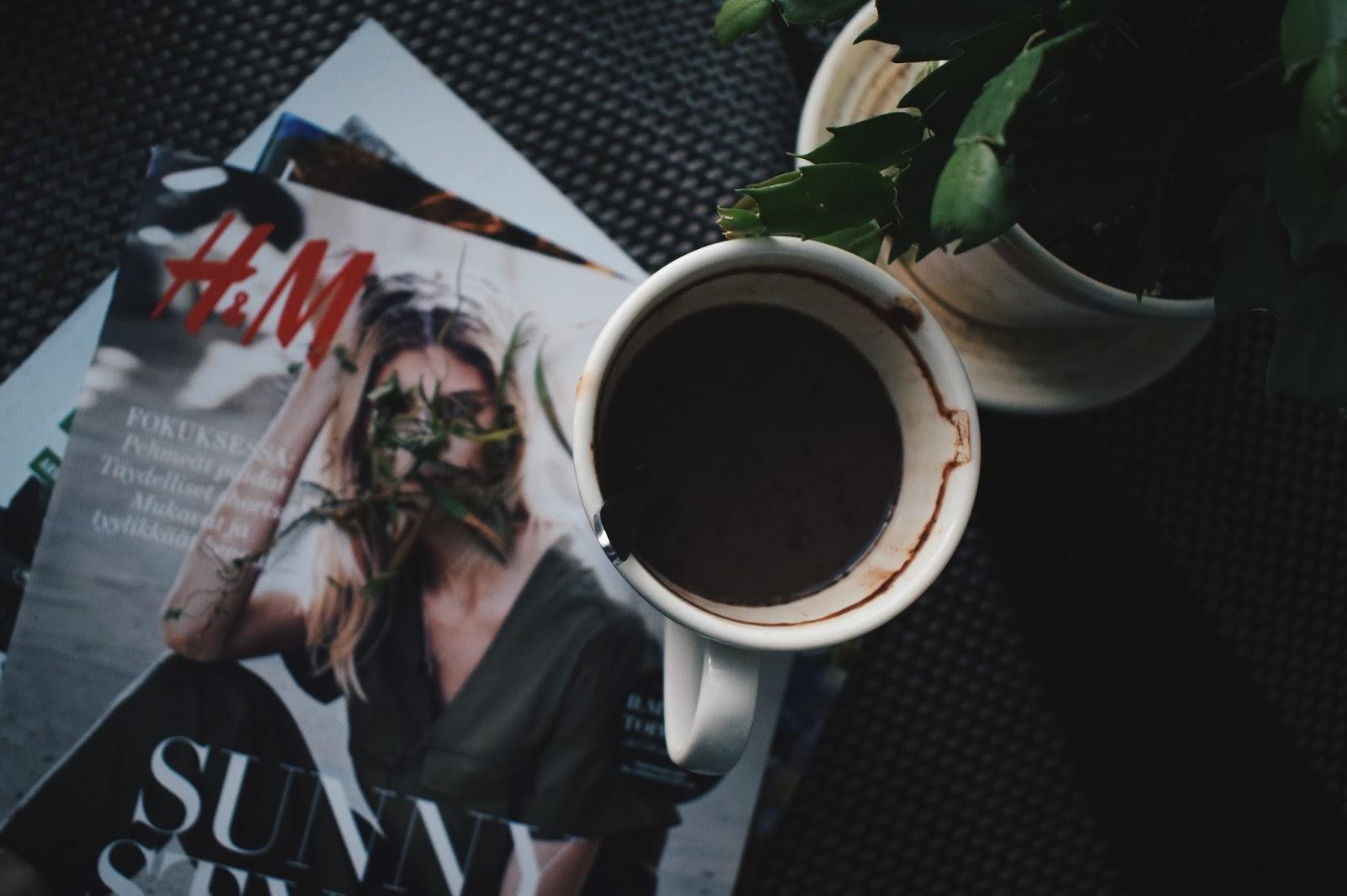 kahvi aamukahvi kahvikuppi kevätmasennus masennus mielenterveys mielenterveysongelmat h&m kuvasto vaatekuvasto sotku