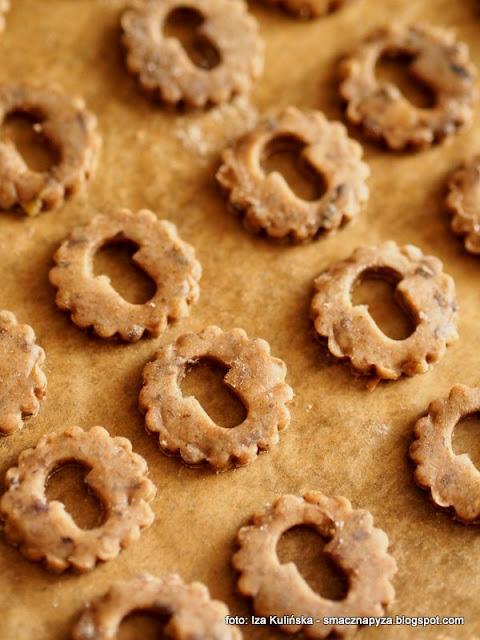 ciasteczka grzybowe, ciasteczka z grzybami, pieczemy ciasteczka, krakersy o smaku grzybowym, do schrupania, przekaska do piwa, ciasteczka imprezowe, domowe chrupadelka, chrupadelko, grzyby lesne