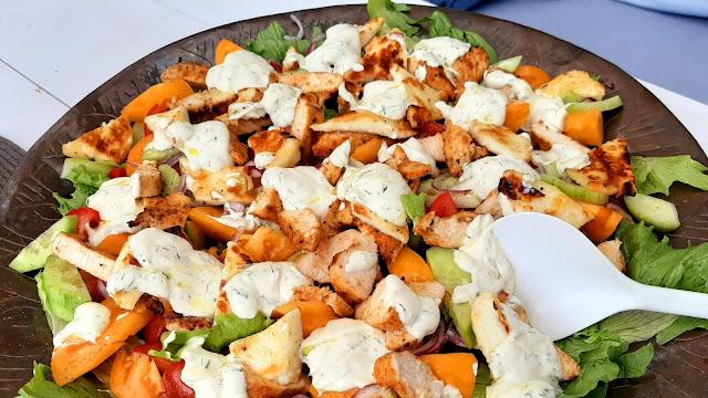 Letnia sałatka z grillowanym serem i kurczakiem  - Czytaj więcej »