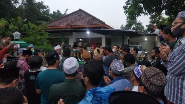 Diduga Hina Kiai, Puluhan Santri Geruduk Rumah Mantan Anggota DPRD Gresik
