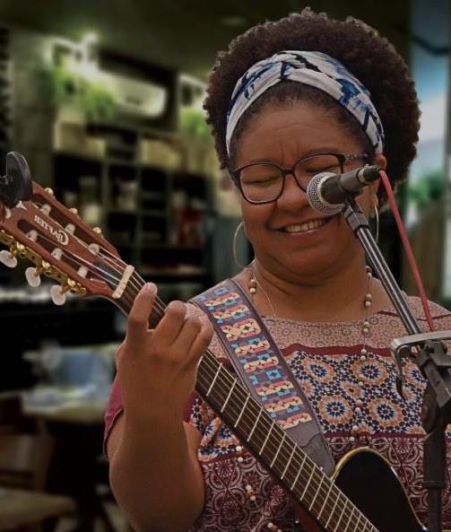 A cantora Lívia Amaral faz show intimista de voz e violão nesse sabádo (29.08) no jantar da Villa do Vinho Bistrô.