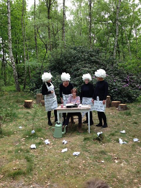 5 vrouwen in het bos die een theatervoorstelling spelen tijdens Vuurol