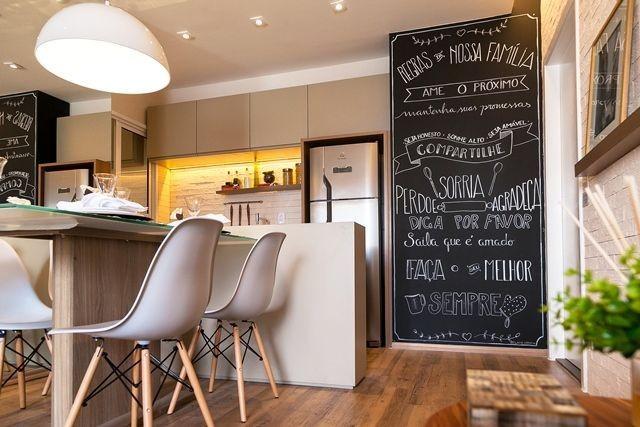 As famosas paredes com lousa estão em alta na decoração e hoje em dia é muito fácil fazer uma: basta somente comprar tintas especiais para esse estilo de decoração. Essa parede pode ser muito funcional na cozinha para deixar recados, anotações importantes, receitas, listas de compras, etc