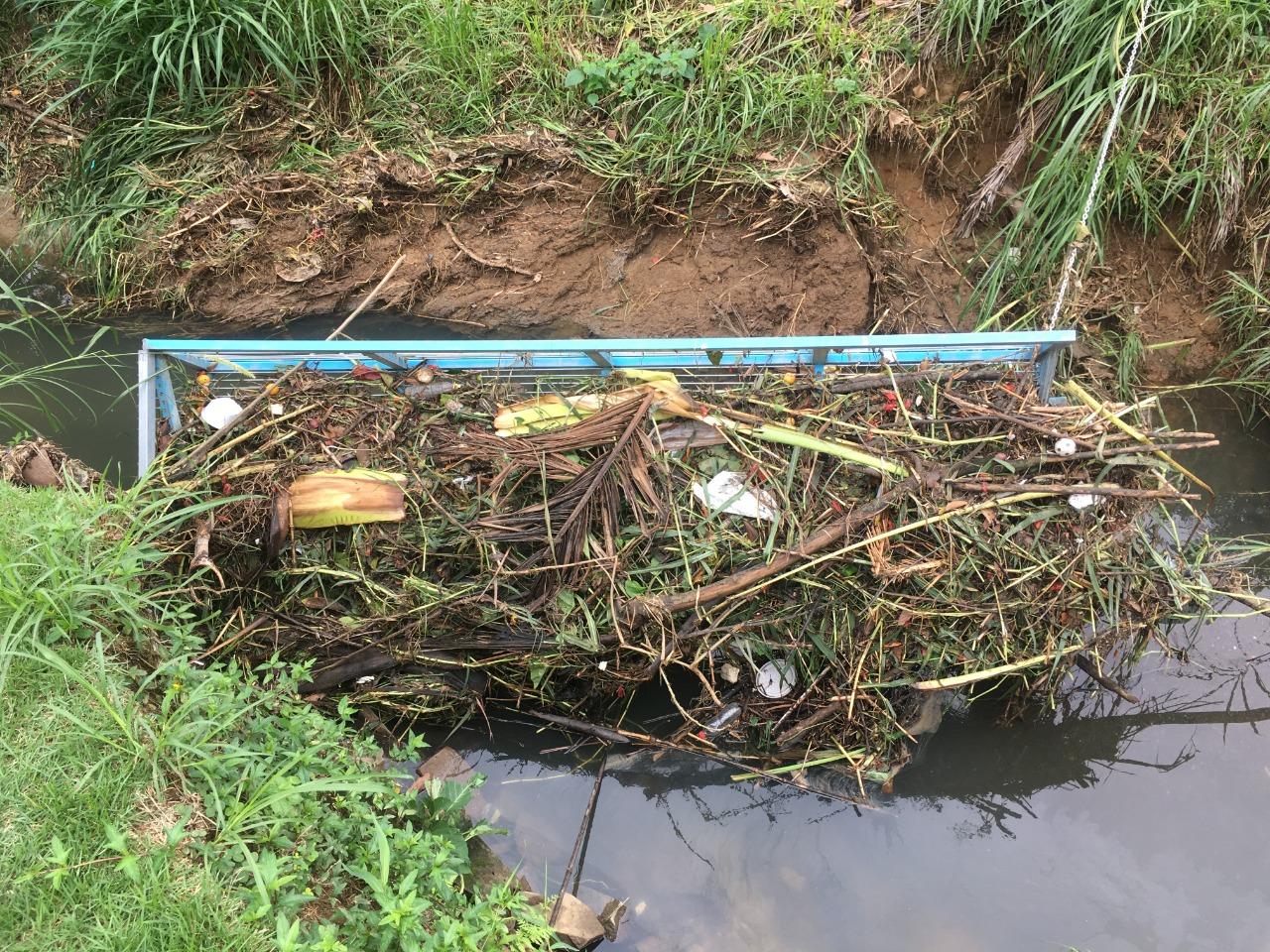 Barreira ecológica no Ribeirão Jararaca
