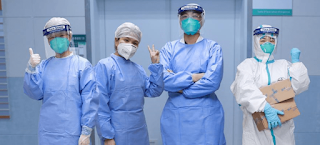 """فريق طبي يتعافى تماما من """"كورونا"""".. ويتحدى بـ""""علامة النصر"""""""