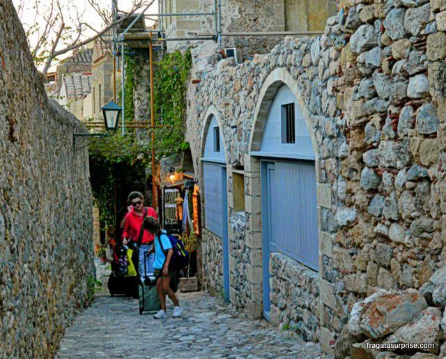 Calçamento irregular em uma rua de Monemvasia, Grécia