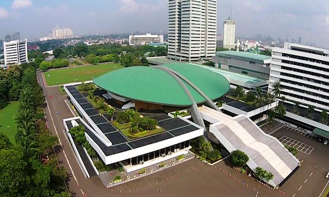 Gedung DPR di Jakarta yang dibuat dengan struktur kubah yang simetris