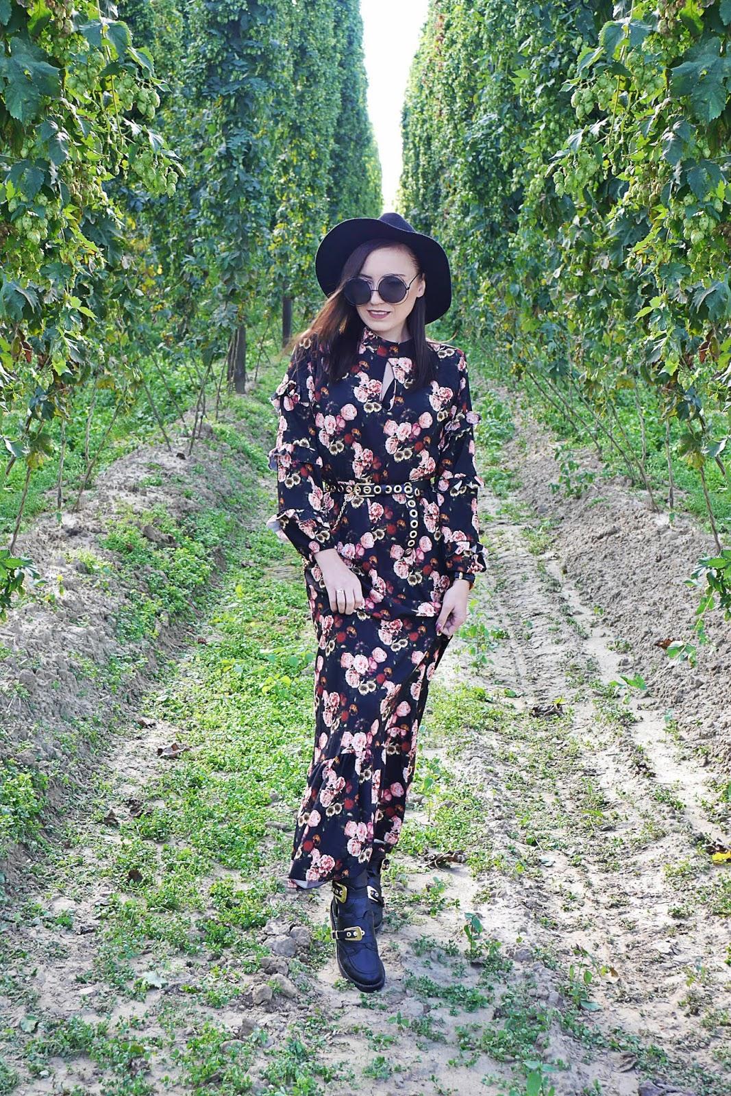 długa sukienka kwiaty renee czarny kapelusz wycięte botki pasek bonprix karyn blog modowy blogerka modowa karyn